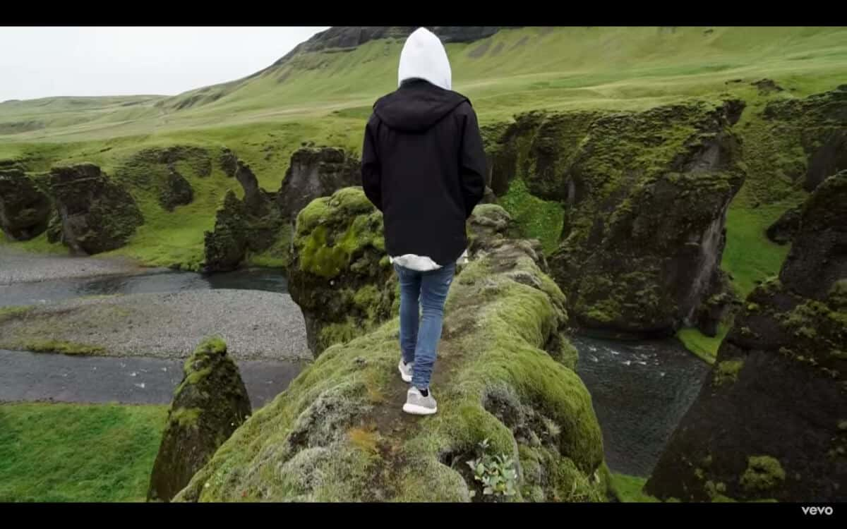 Justin Bieber walking on Iceland cliff in his video for I'll Show You