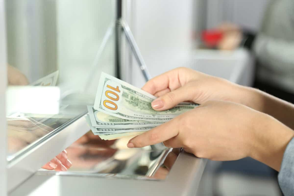 Exchanging dollars for Icelandic currency at a bank